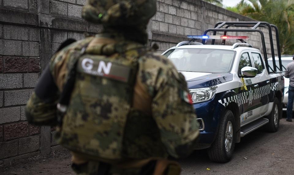 Guardia se enfrenta con hombres que intentaron quitar colectivo de atletas